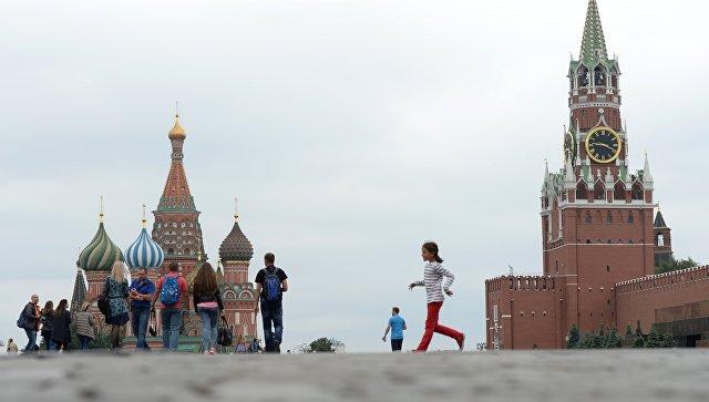 Храм Василия Блаженного и Спасская башня Московского Кремля. Архивное фото