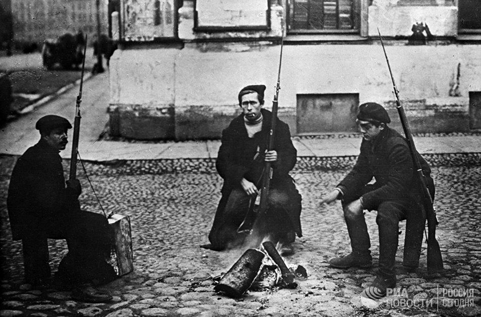 Красногвардейцы у костра в дни Октябрьской социалистической революции