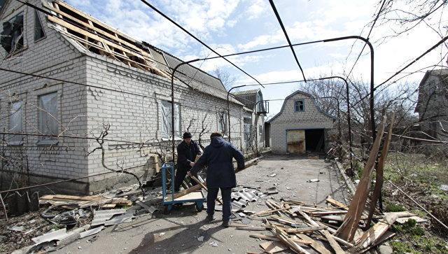 Последствия обстрела поселка Ясное в Донецкой области