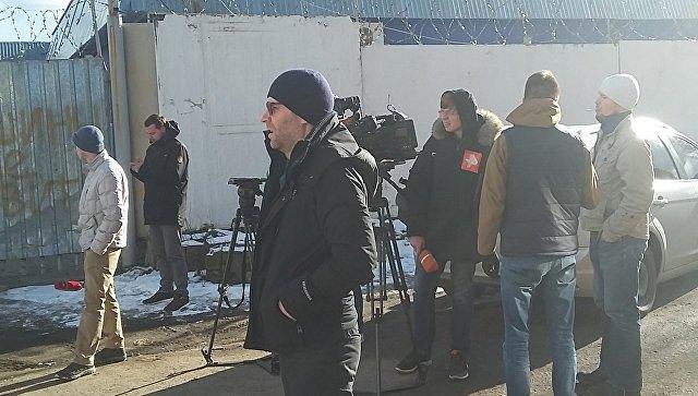 Журналисты возле центра саентологов в Подмосковье, где проходит обыск сотрудниками ФСБ и спезназа. Архивное фото