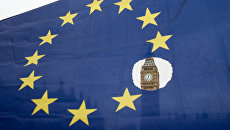Флаг Евросоюза на фоне Вестминстерского дворца в Лондоне. Архивное фото