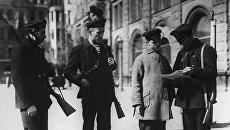 Вооруженный патруль моряков Балтийского флота на улицах Петрограда проверяет документы