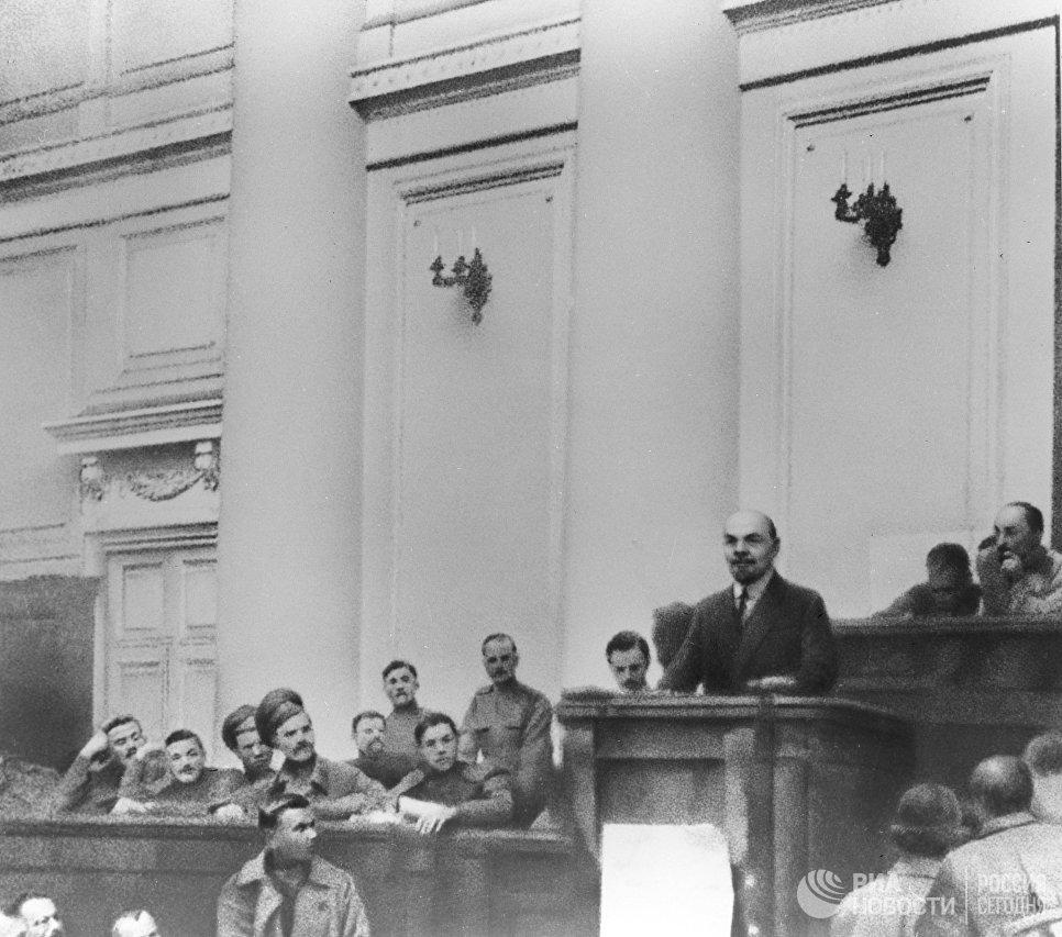 Владимир Ленин выступает в зале заседаний Таврического дворца с Апрельскими тезисами. Апрель 1917 года
