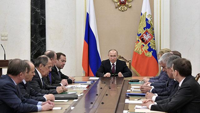 Президент РФ Владимир Путин проводит совещание с постоянными членами Совета безопасности РФ. Архивное фото