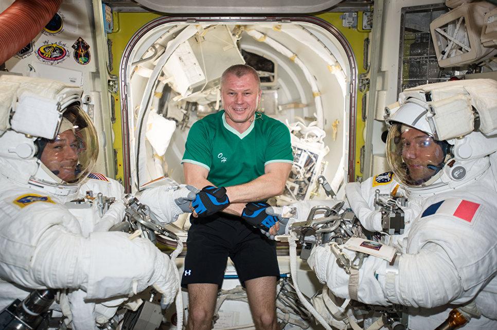 Астронавт NASA Шейн Кимбро, космонавт Роскосмоса Олег Новицкий и астронавт ЕSА Тома Песке