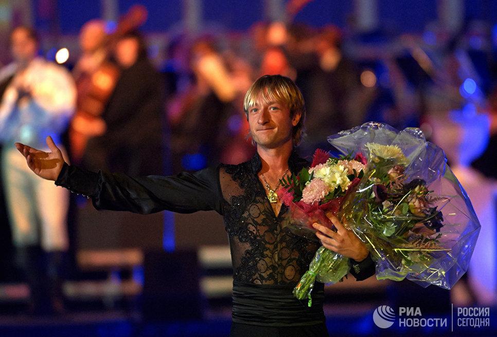 Олимпийский чемпион Евгений Плющенко с цветами после выступления в программе ледового шоу Опера на льду