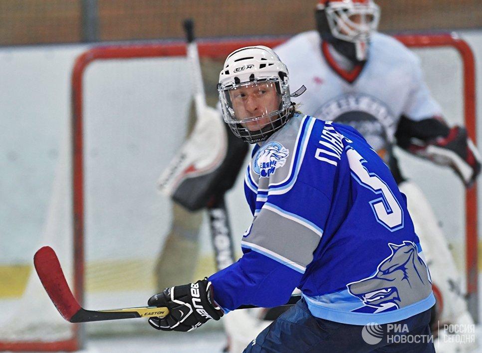 Двукратный олимпийский чемпион по фигурному катанию Евгений Плющенко во время хоккейного матча Ночной хоккейной лиги в Москве
