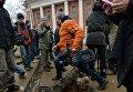 Журналисты и горожане у подземной комнаты, обнаруженной археологами у основания Китайгородской стены в Москве