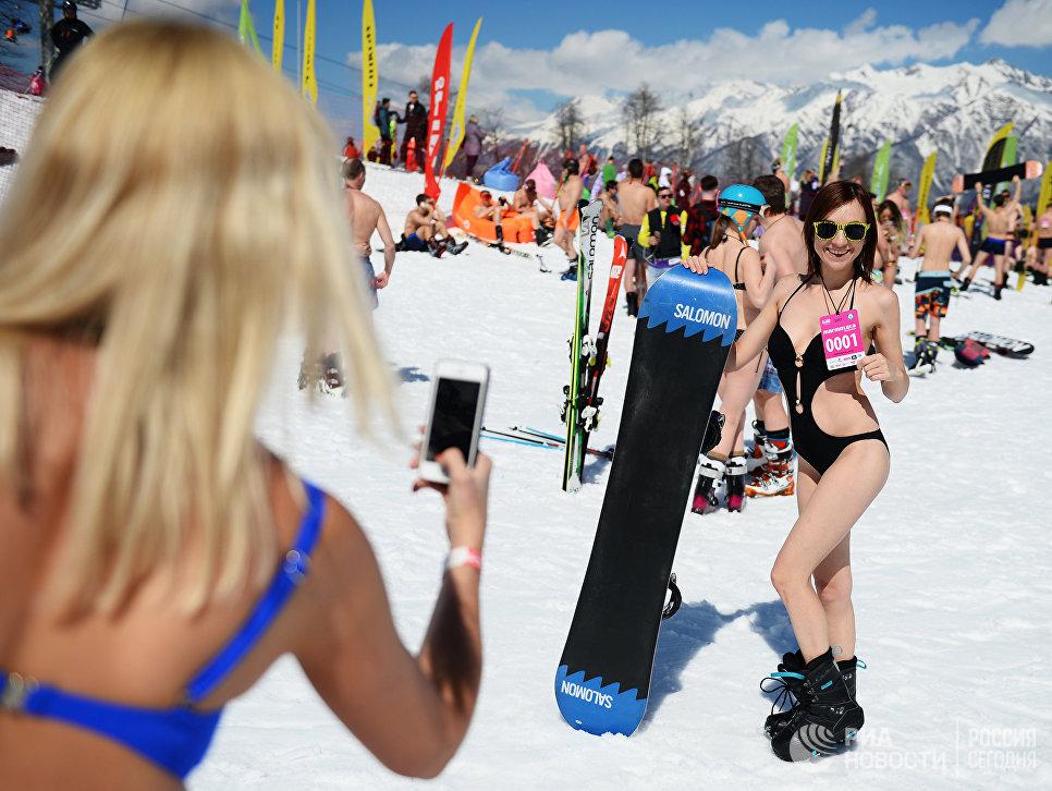 Участницы высокогорного карнавала BoogelWoogel на горнолыжном курорте Роза Хутор в Сочи