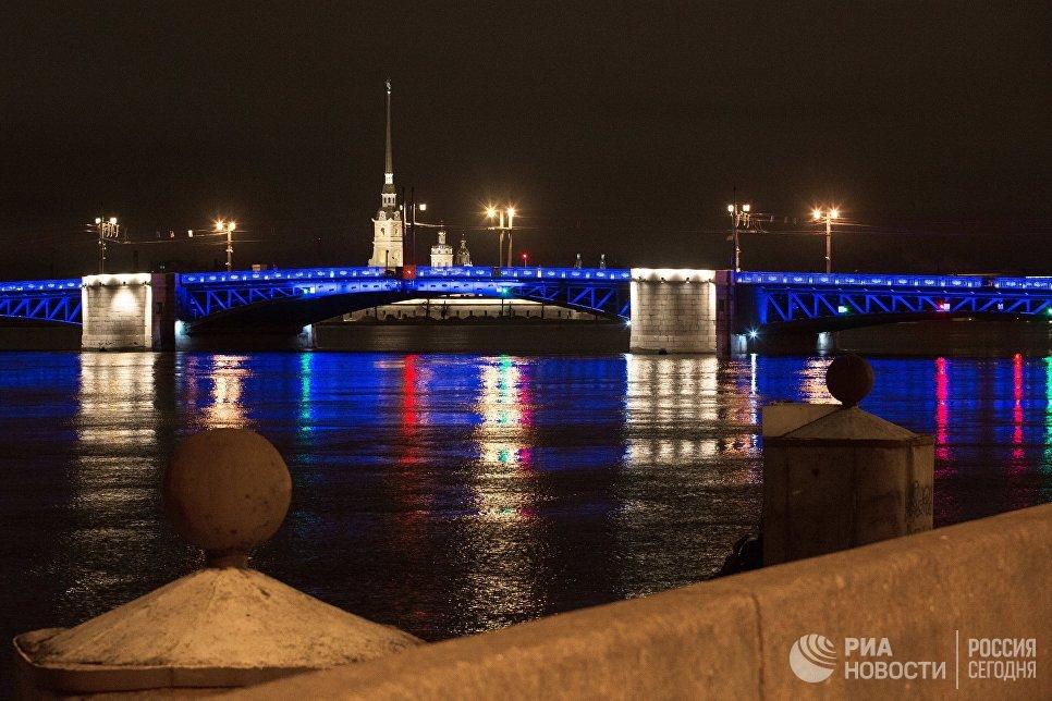 Дворцовый мост в Санкт-Петербурге, подсвеченный синим цветом в рамках международной акции Зажги синим