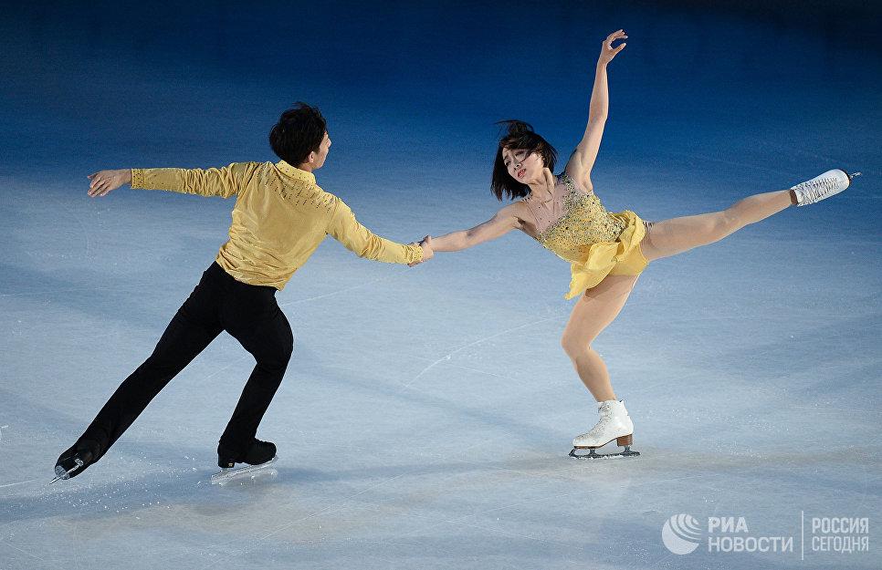 Суй Вэньцзин и Хань Цун, занявшие 1-е место в парном катании, во время показательных выступлений ЧМ по фигурному катанию в Хельсинки