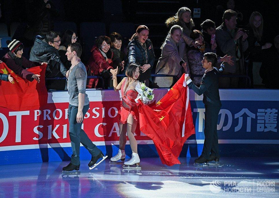 Суй Вэньцзин и Хань Цу, завоевавшие золотые медали в парном катании на чемпионате мира по фигурному катанию в Хельсинки