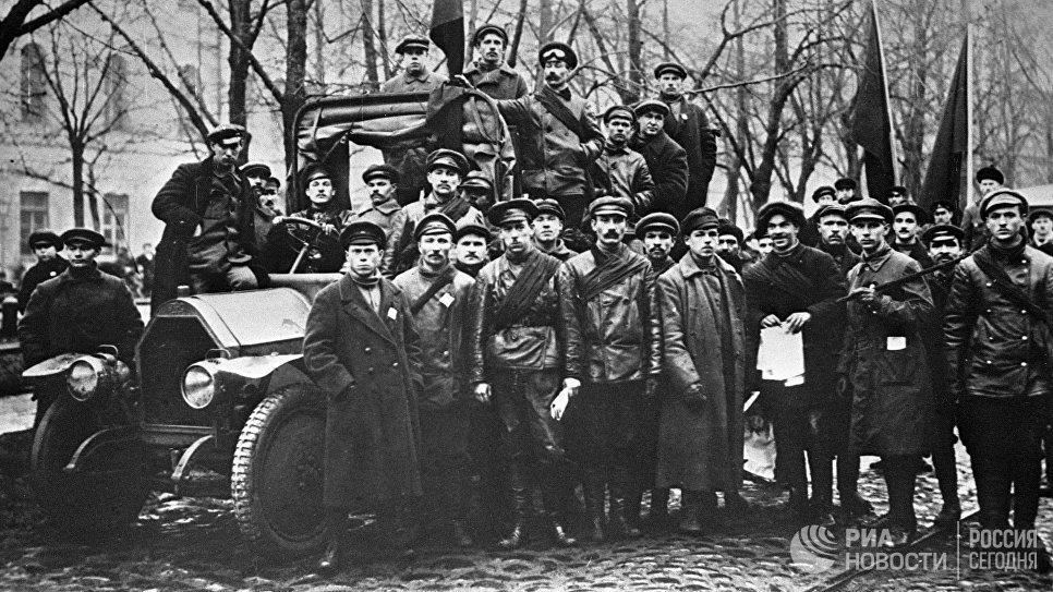 Красногвардейцы на Конногвардейском бульваре в Петрограде. Октябрь 1917 года. Фотография Виктора Буллы.