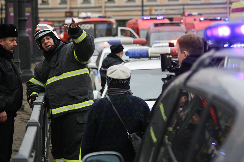 Сотрудники спецслужб у станции метро Санкт-Петербурга Сенная площадь