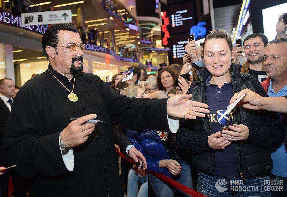 Американский актер Стивен Сигал на московской Аллее Славы