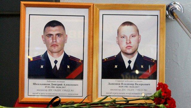 Портреты погибших в Астрахани сотрудников ДПС Дмитрия Школьникова и Владимира Дьяконова