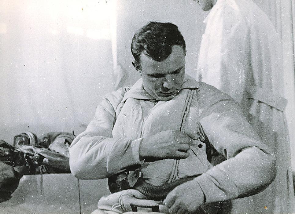 Юрий Гагарин перед полетом на корабле Восток. 1961 год