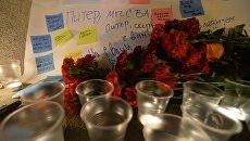 Цветы и свечи в память о жертвах теракта в метро Санкт-Петербурга