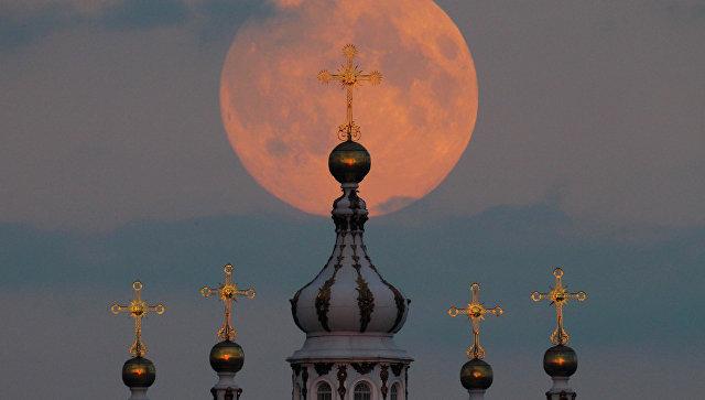 Луна на фоне Смольного собора в Санкт-Петербурге. Архивное фото