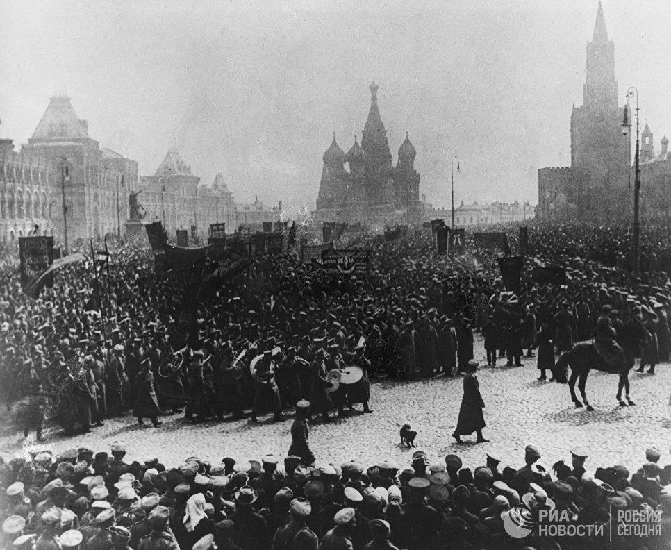 Церемониальный марш-парад солдатских и рабочих организаций на Красной площади в Москве. 1 мая. 1917 год