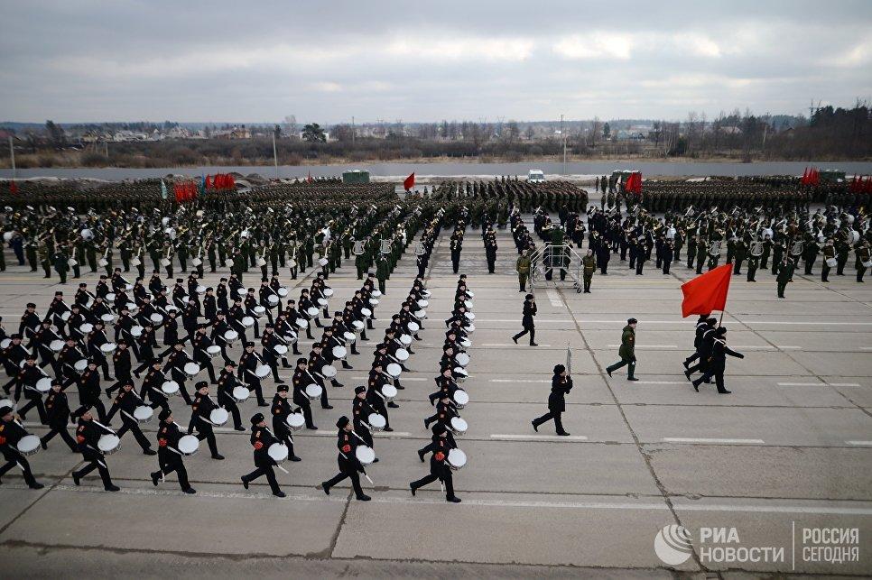 Совместная тренировка пеших парадных расчетов войск Московского гарнизона и механизированной колонны к участию в военном параде на Красной площади 9 мая 2017 года