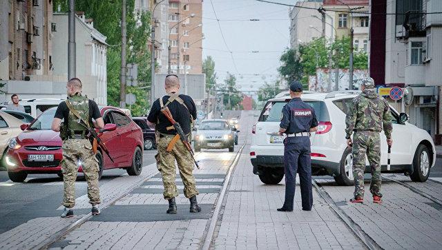 Ополченцы и полицейские на улице Донецка. Архивное фото