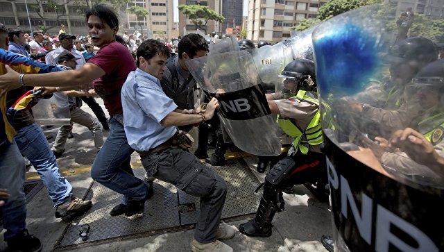Столкновения демонстрантов с сотрудниками полиции в Каракасе, Венесуэла