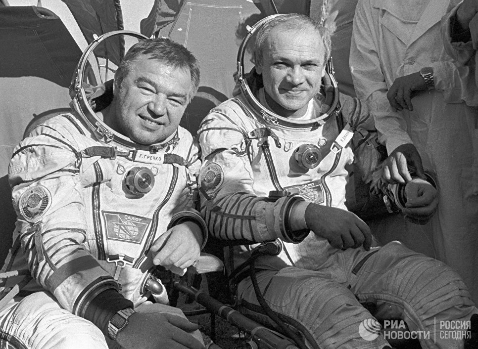 Дважды Герои Советского Союза, летчики-космонавты СССР Владимир Джанибеков и Георгий Гречко после возвращения на Землю на космическом корабле Союз Т-13