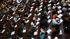 Участники во время ежегодной акции по проверке грамотности Тотальный диктант. Архивное фото