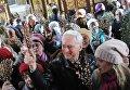 Верующие в Петропавловском соборе в Томске во время освящения вербы в праздник Входа Господня в Иерусалим