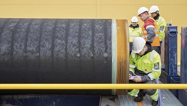 Инженеры проводят проверку первых труб, необходимых для стоительства двух ниток газопровода Северный поток-2. Архивное фото