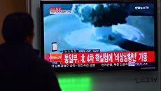 Люди в Сеуле смотрят сообщение об испытании водородной бомбы в КНДР, архивное фото