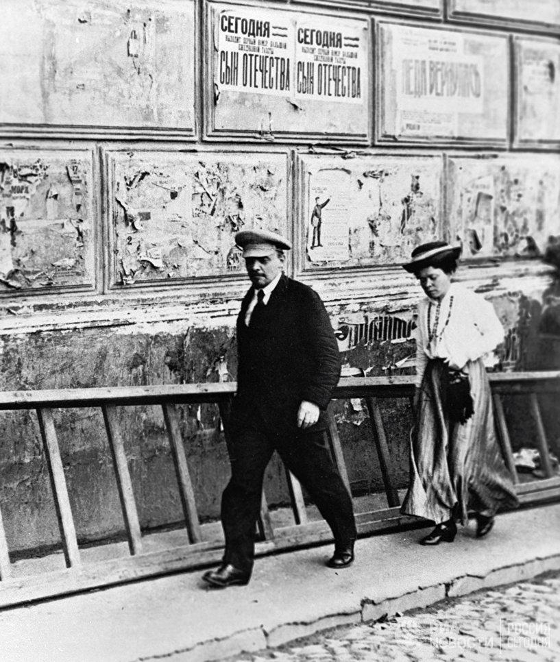 Владимир Ильич Ленин и Мария Ильинична Ульянова направляются в Большой театр на заседание V Всероссийского съезда Советов