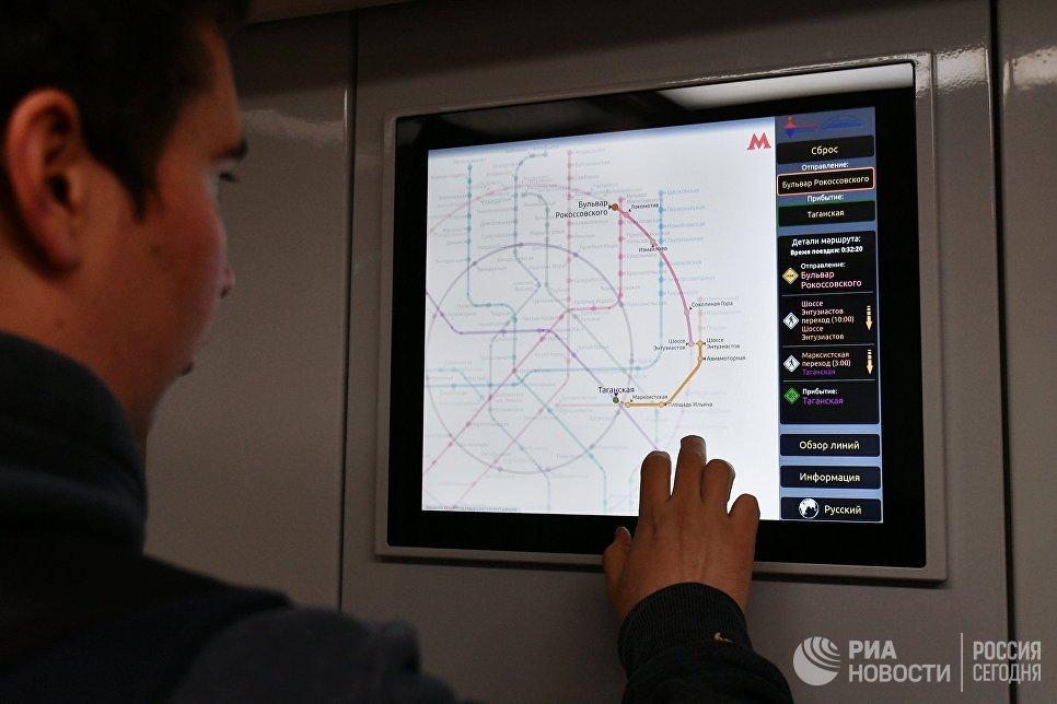 Сенсорный монитор в вагоне поезда Москва во время запуска на Таганско-Краснопресненской линии московского метрополитена