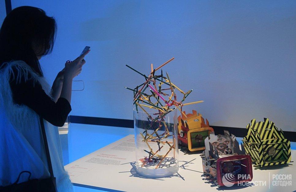 Посетительница на открытии первой Московской биеннале дизайна и 23-ей выставки маркетинговых коммуникаций Дизайн и реклама в Центральном доме художника в Москве