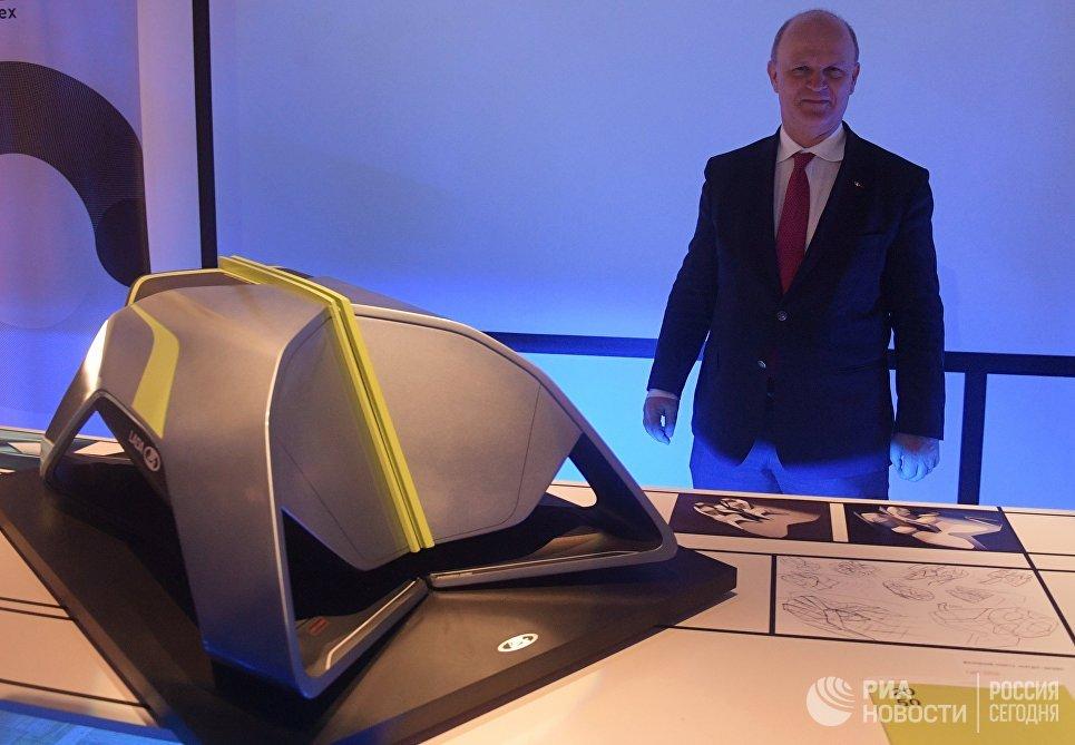 Президент компании АвтоВАЗ Николя Мор у проекта LADA 2050 на первой Московской биеннале дизайна и 23-ей выставки маркетинговых коммуникаций Дизайн и реклама