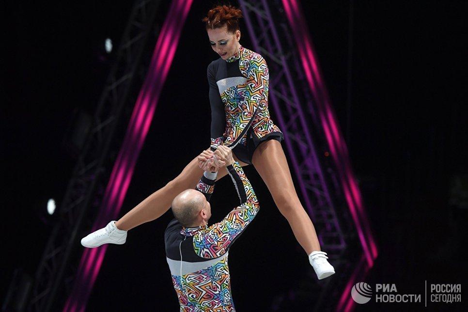 Спортсмены Сергей Фурса и Виктория Аксенова во время всероссийских соревнований по акробатическому рок-н-роллу Rock'n'Roll &CO. в Москве
