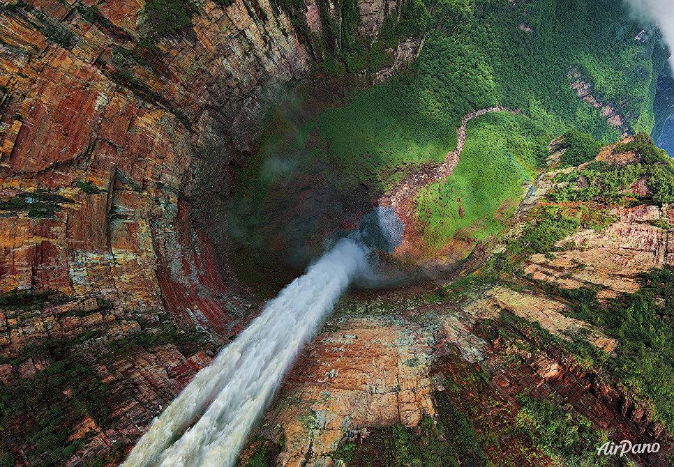 Вид на водопад Чурун-Меру (Дракон), Венесуэла
