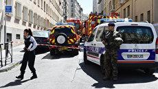 Сотрудники полиции, военные и пожарные на месте задержания двух подозреваемых в подготовке теракта в Марселе, Франция. 18 апреля 2017