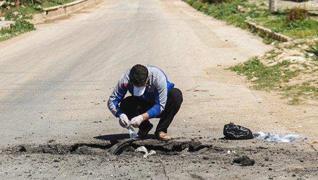 Сбор образцов почвы после химической атаки в городе Хан-Шейхун, Сирия