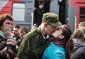 Призывник прощается с девушкой на перроне вокзала в Омске