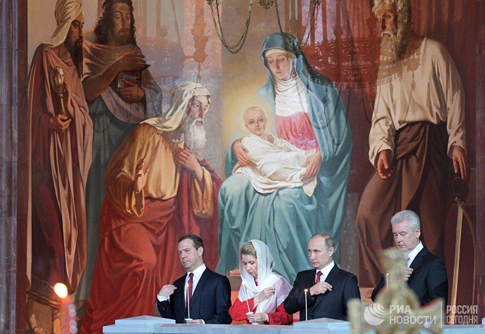 Президент РФ Владимир Путин и председатель правительства РФ Дмитрий Медведев с супругой Светланой на праздничном пасхальном богослужении в храме Христа Спасителя