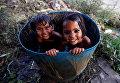 Девочки купаются в жаркий день в Нью-Дели, Индия