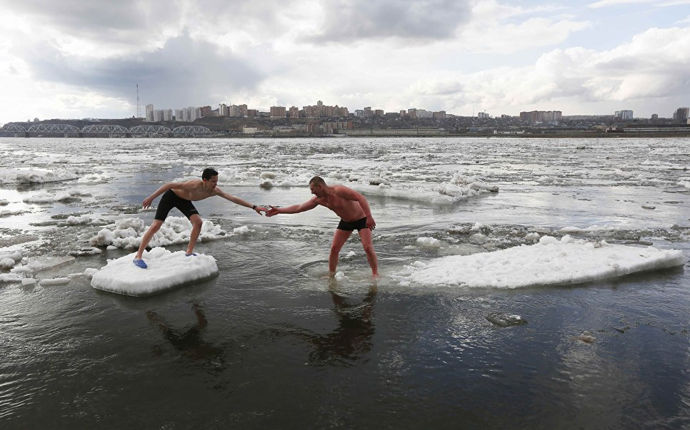 Спортсмены во время зимнего купания в реке Енисей, Красноярск