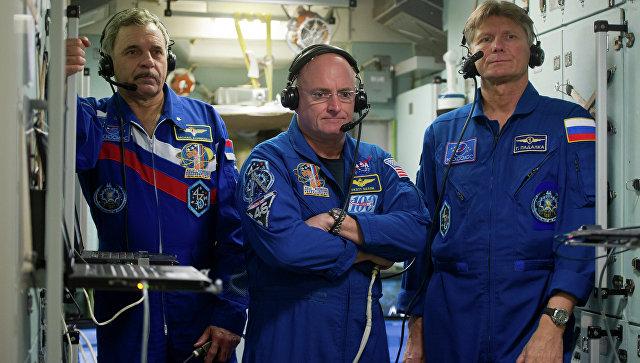 Российские космонавты Михаил Корниенко и Геннадий Падалка и астронавт НАСА Скот Келли. Архивное фото