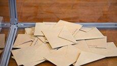 Урна с бюллетенями на избирательном участке в коммуне Ле-Туке департамента Па-де-Кале во время первого тура президентских выборов во Франции