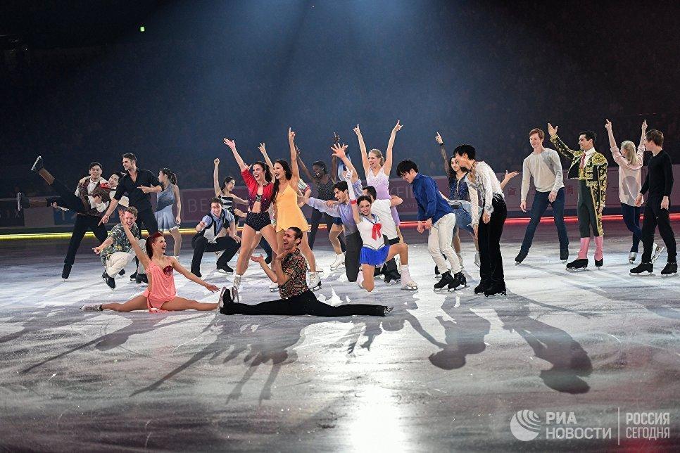 Фигуристы во время финала показательных выступлений на командном чемпионате мира по фигурному катанию в Токио