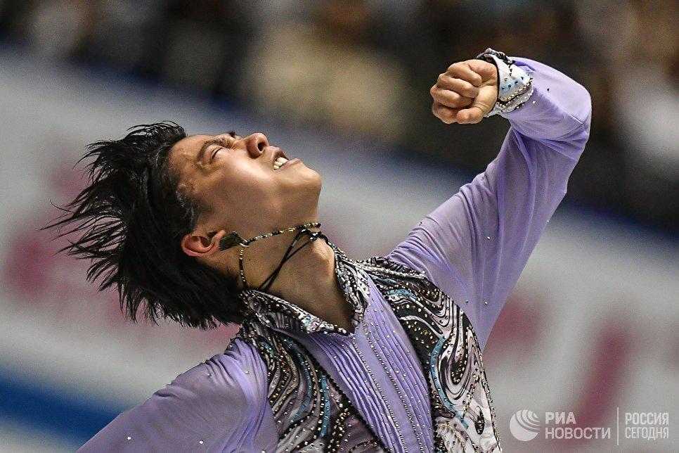 Юдзуру Ханю выступает в короткой программе мужского одиночного катания на командном чемпионате мира по фигурному катанию в Токио