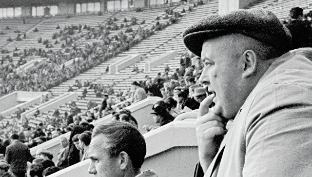 Артист кино, болельщик Спартака Евгений Моргунов (справа) на стадионе. 1963 год