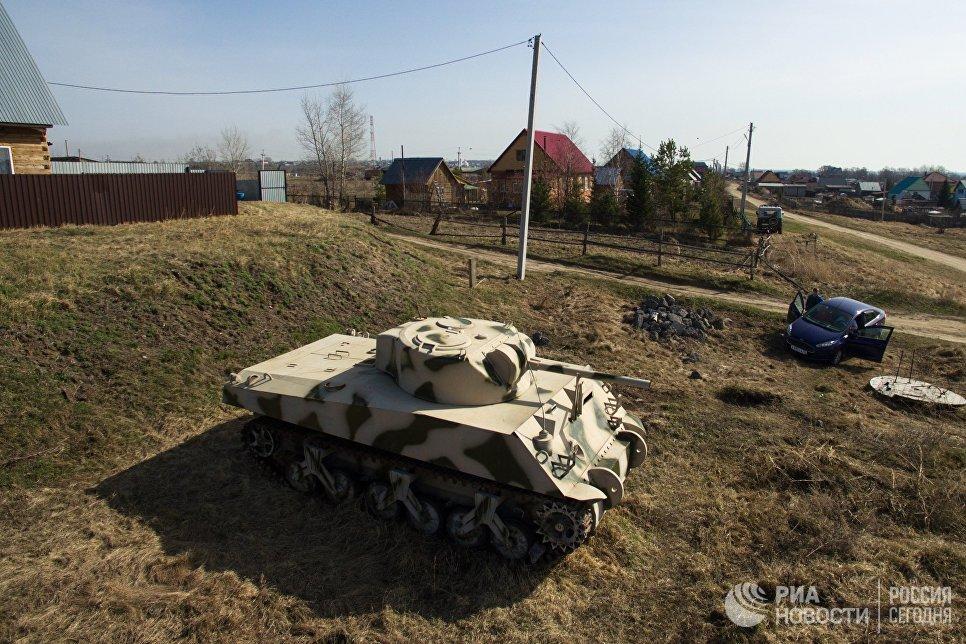 Американский танк Sherman, изготовленный мастером Максимом Свеклой, на стоянке перед его домом в поселке Большой Оеш Новосибирской области